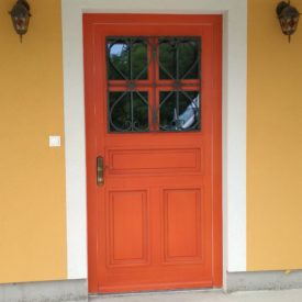 Vchodové dvere s ozdobným kovaním
