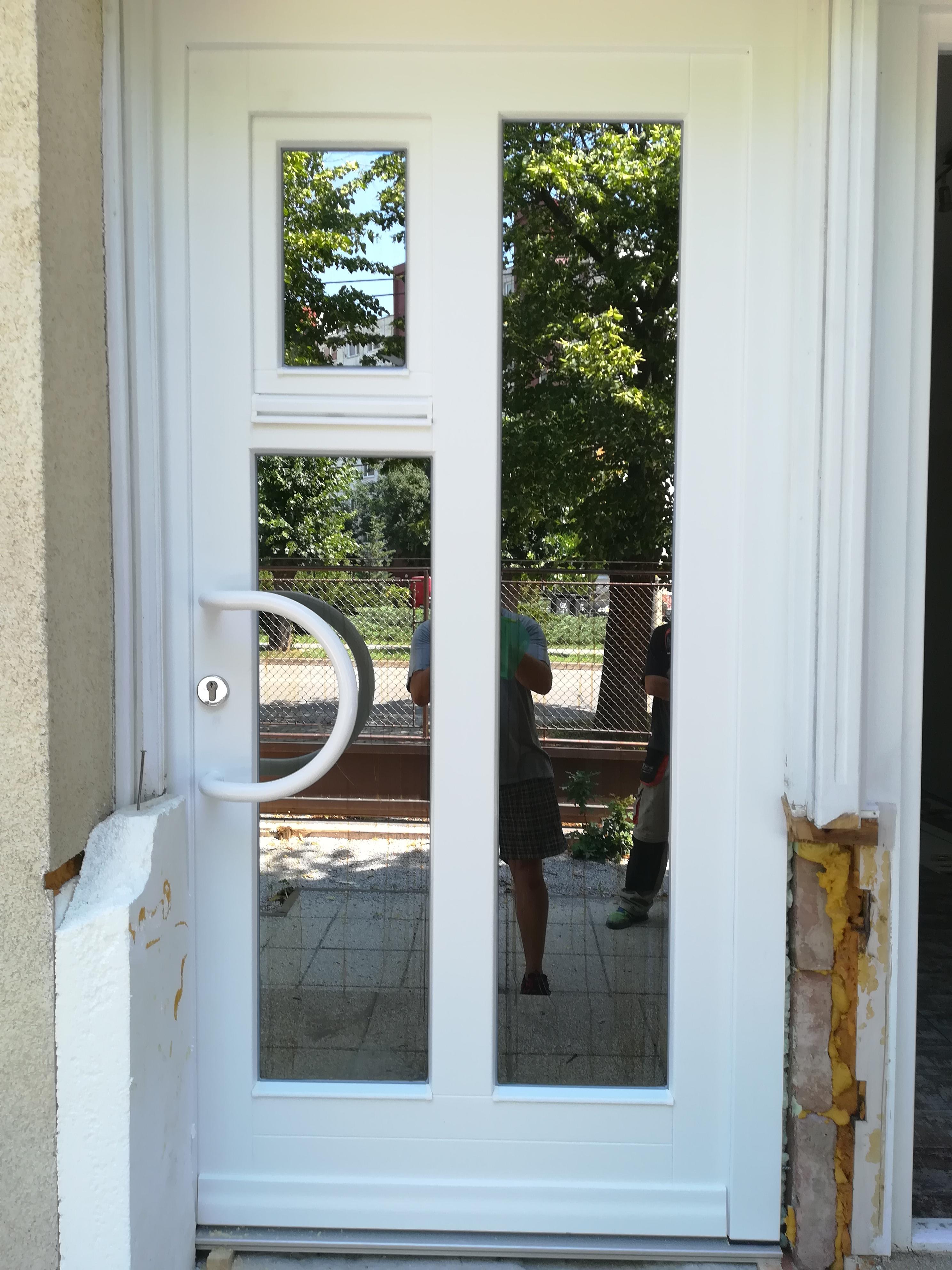 Vchodové dvere drevené s otváracím oknom v dvernom krídle