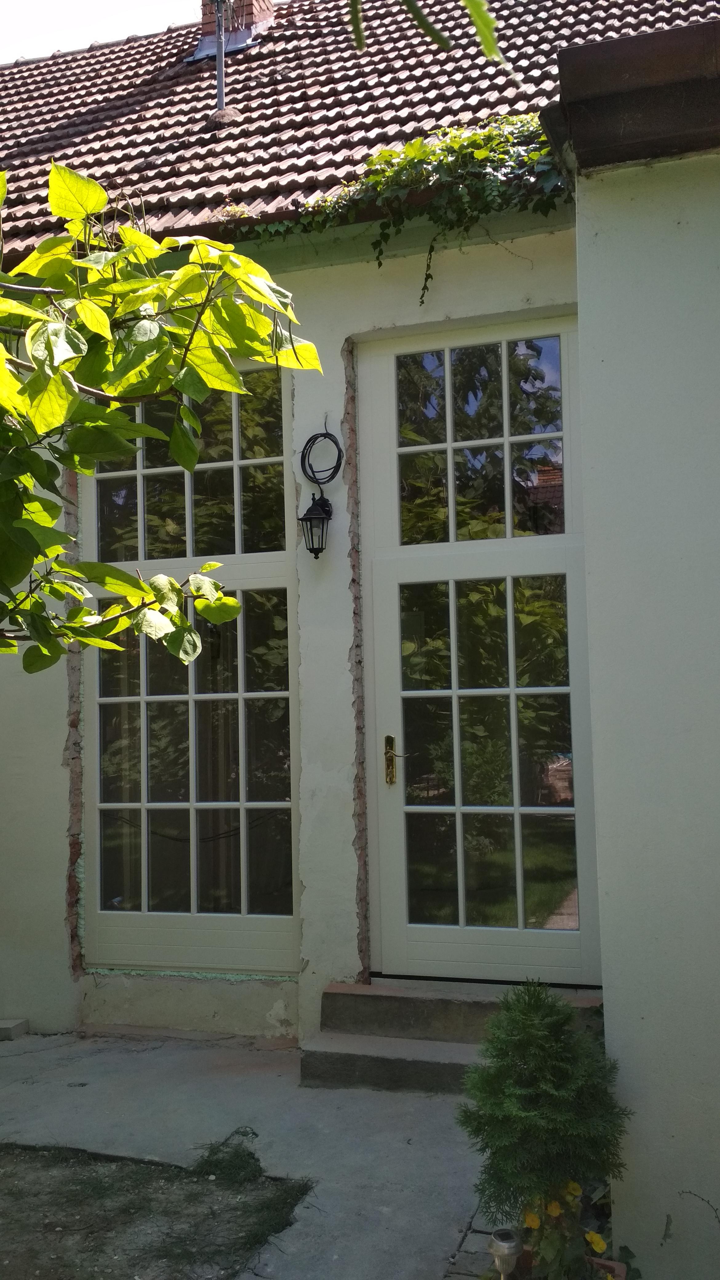 Vchodové dvere s pevným zasklením s drevenými lištami na skle